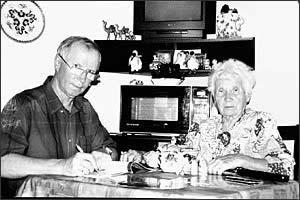 Мария Павловна Садырина и ее сын Павел в московской квартире Садыриных.
