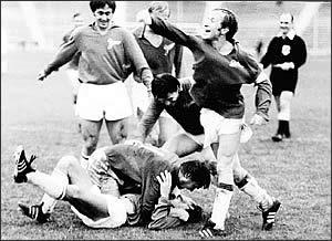 Конец 60-х. Павел Садырин (второй справа) отмечает забитый «Зенитом» гол.