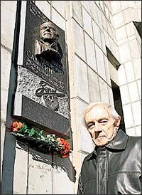"""18 сентября 2005 г. в доме, где жил Павел Федорович, торжественно повесили памятную доску. Фото: """"Комсомольская правда"""", 2005."""