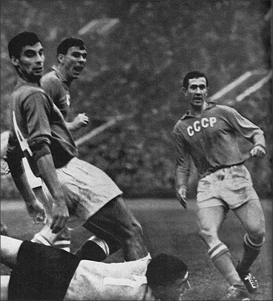 Игорь Численко (крайний справа) забивает гол.