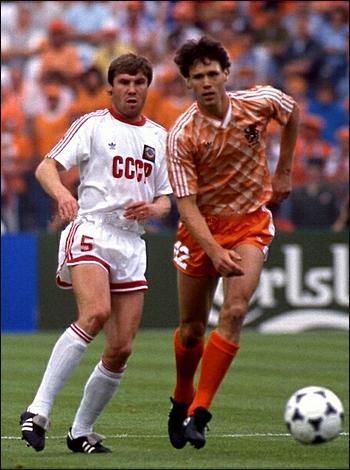 Игорь Беланов в единоборстве с Франком Райкаардом.