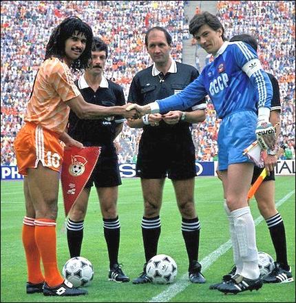 Приветствие капитанов команд перед матчем. Рууд Гуллит (слева) обменивается рукопожатиями с Ринатом Дасаевым