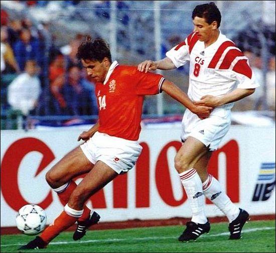 Борьбу с голландским защитником Берри ван Арле ведет Сергей Юран (справа).