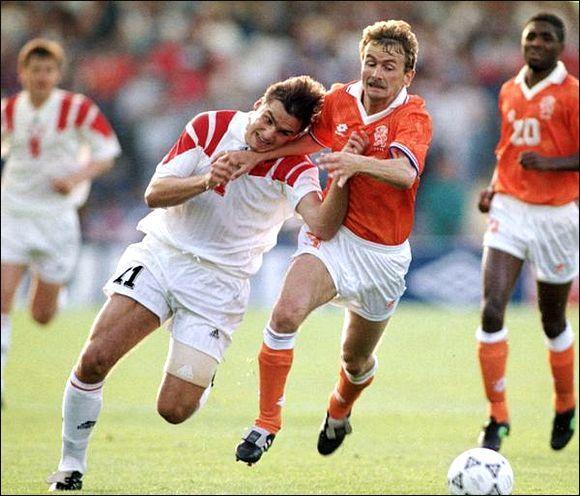 Один против всех. Прорыв Игоря Колыванова (№15) в матче со сборной Голландии.