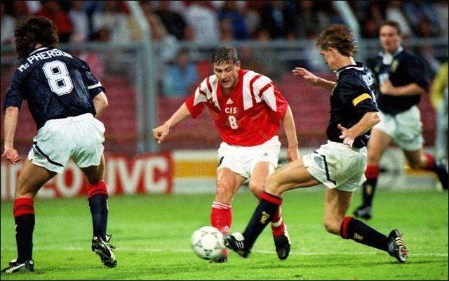 Ни Алексею Михайличенко (на снимке - в центре), ни его товарищам по команде так и не удалось ни разу прорвать оборону шотландской сборной