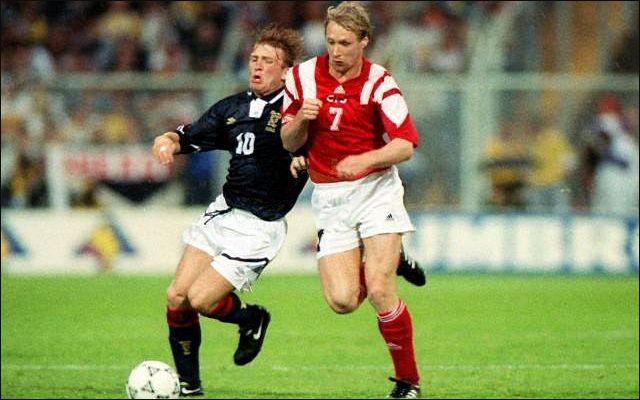 се, казалось бы, правильно сделал Сергей Юран (в центре снимка), выйдя один на один с вратарем сборной Шотландии и пробив низом в дальний угол, но, увы, мяч и на этот раз прошел мимо.