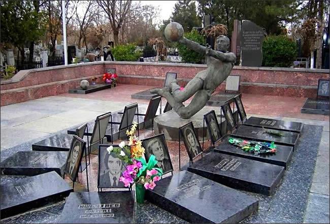 Памятник погибшим футболистам